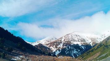 cielo blu in esecuzione nuvole panorama superiore della montagna innevata 4K lasso di tempo spagna video