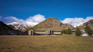 cielo blu giornata di sole vall de nuria mountain resort panoramico 4k lasso di tempo spagna video