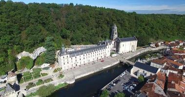 Veduta aerea dell'abbazia benedettina di Brantome e del fiume, Francia