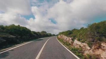 guida veloce su una strada stretta in montagna