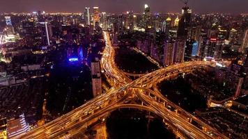 tl, ws trafic aux heures de pointe sur plusieurs autoroutes et survols de nuit / Shanghai, Chine