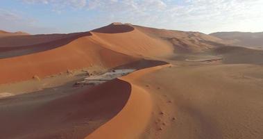 Vista aérea de 4k das infinitas dunas de areia do deserto do namibe dentro do parque nacional namib-naukluft video