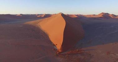 4 k vista aérea de dunas de arena parabólicas dentro del parque nacional namib-naukluft video