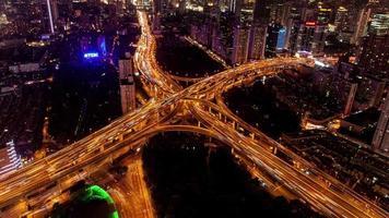 tl, ws traffico dell'ora di punta su più autostrade e cavalcavia di notte / shanghai, cina