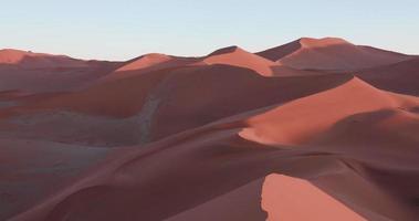 4k Schwenkaufnahme der endlosen Sanddünen der Namib-Wüste im Namib-Naukluft-Nationalpark