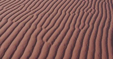 Colpo di panoramica del primo piano 4K di increspature nelle dune di sabbia all'interno del parco nazionale di namib-naukluft