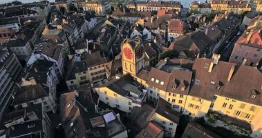 Veduta aerea del campanile d'epoca a Neuchatel, Svizzera