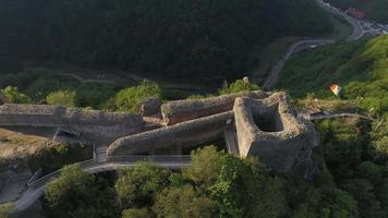 foto aérea do castelo Poenari video