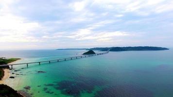 lungo ponte che attraversa l'oceano blu