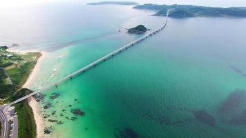 ripresa aerea del ponte che attraversa l'isola