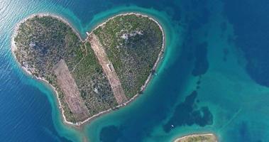 vista aerea della bellissima isola di galesnjak, croazia video