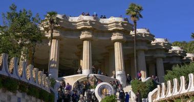sonniger tag gaudi überfüllter touristeneingang 4k barcelona spanien