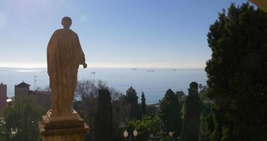 Vista panoramica del sole di statua di Tarragona sul Mar Mediterraneo 4K