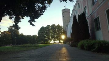 torre pikk hermann próxima ao edifício do parlamento estoniano