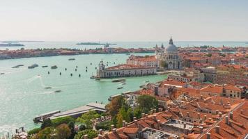 Italia san marco campanile santa maria della salute basílica panorama de tráfico soleado 4k time lapse Venecia video