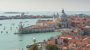 Italia venezia giornata di sole campanile santa maria della salute basilica punto di vista panorama 4K lasso di tempo