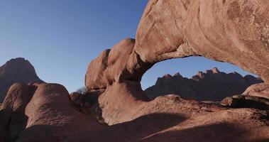 Panoramique 4k de la célèbre arche rocheuse des montagnes de Spitzkoppe