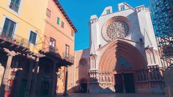 Spagna giornata di sole ingresso Cattedrale di tarragona 4k lasso di tempo video