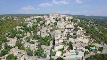 vista aérea de gordes, rotulada como as aldeias mais bonitas da França