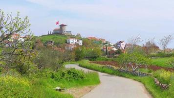 Carretera vacía que va al histórico molino, Cunda, Ayvalik, Turquía video