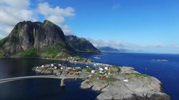 aldeia hamnoya na pequena ilha conectada por pontes. video