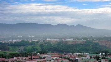 verhoogde weergave van stadsgezicht en bergketen tegen hemel, costa rica video