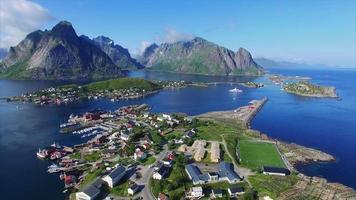 volando sopra la bellissima città reine sulle isole lofoten