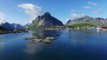 volo sopra il fiordo a reine, isole lofoten, norvegia