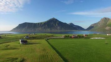 sobrevoando a pitoresca vila de Flakstad em Lofoten