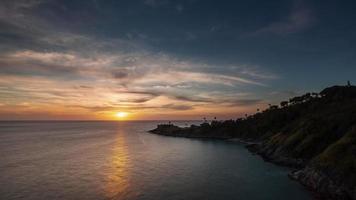 Panorama de la playa alta del cielo al atardecer de la isla de Tailandia phuket 4k lapso de tiempo