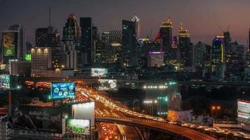 Thaïlande bangkok centre-ville trafic rue route toit coucher de soleil panorama 4k time-lapse