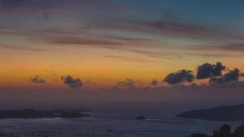Tailândia phuket ilha buddha montanha praia panorama do nascer do sol 4k time lapse video