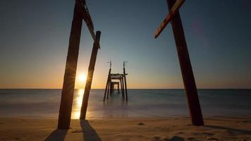 Thailandia phuket isola vecchio molo tramonto spiaggia panorama 4K lasso di tempo