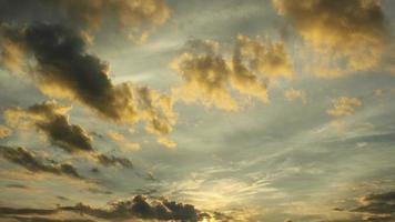 lapso de tempo, amanhecer, nuvens fofas amarelas sobre o céu video