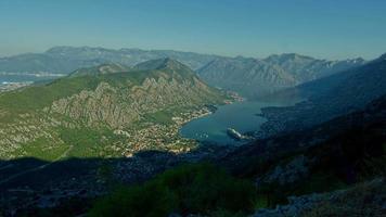 Lapso de tiempo de la mañana sobre la bahía del mar de Boka Kotor, Montenegro