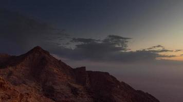 abu dhabi famoso resort nas montanhas de al ain pôr do sol 4k time lapse emirados árabes unidos video