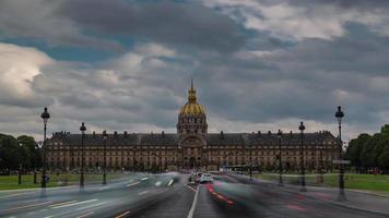 Francia día nublado les invalides palacio tráfico calle panorama 4k lapso de tiempo video