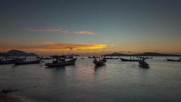 Tailandia phuket famosa playa amanecer barco estacionamiento panorama 4k lapso de tiempo
