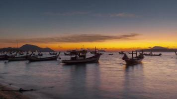 Tailandia famoso phuket barco turístico estacionamiento amanecer panorama 4k lapso de tiempo