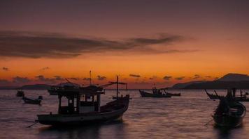 Thailandia arancione tramonto cielo barca turistica spiaggia porto 4K lasso di tempo video