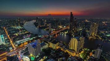 Panorama del río superior de la azotea del hotel de la noche del atardecer de Tailandia 4k lapso de tiempo