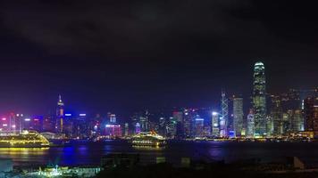 lasso di tempo di luce notturna panoramica 4K dalla baia di hong kong