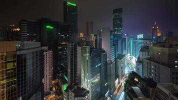 Centro de rascacielos de luz nocturna 4k lapso de tiempo desde el techo de hong kong