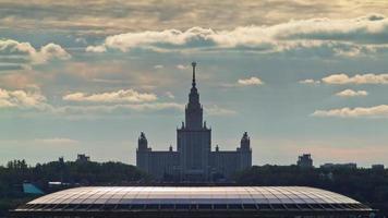 Rusia Moscú Universidad atardecer luzhniki sadium techo superior panorama 4k lapso de tiempo