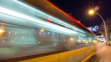 Barcelona Nachtlicht viel befahren Verkehr Kreuzung 4k Zeitraffer Spanien