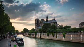 Francia notre dame de paris siene río turista barco tráfico panorama 4k lapso de tiempo video