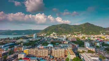 dia da tailândia patong praia cidade panorama do telhado 4k time lapse