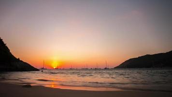 Tailandia phuket nai harn playa yate puerto atardecer panorama 4k lapso de tiempo video