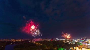 Bielorussia estate vacanza notte fuochi d'artificio città tetto panorama superiore 4K lasso di tempo minsk
