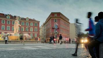visione espressa della città con pedoni e veicoli in movimento